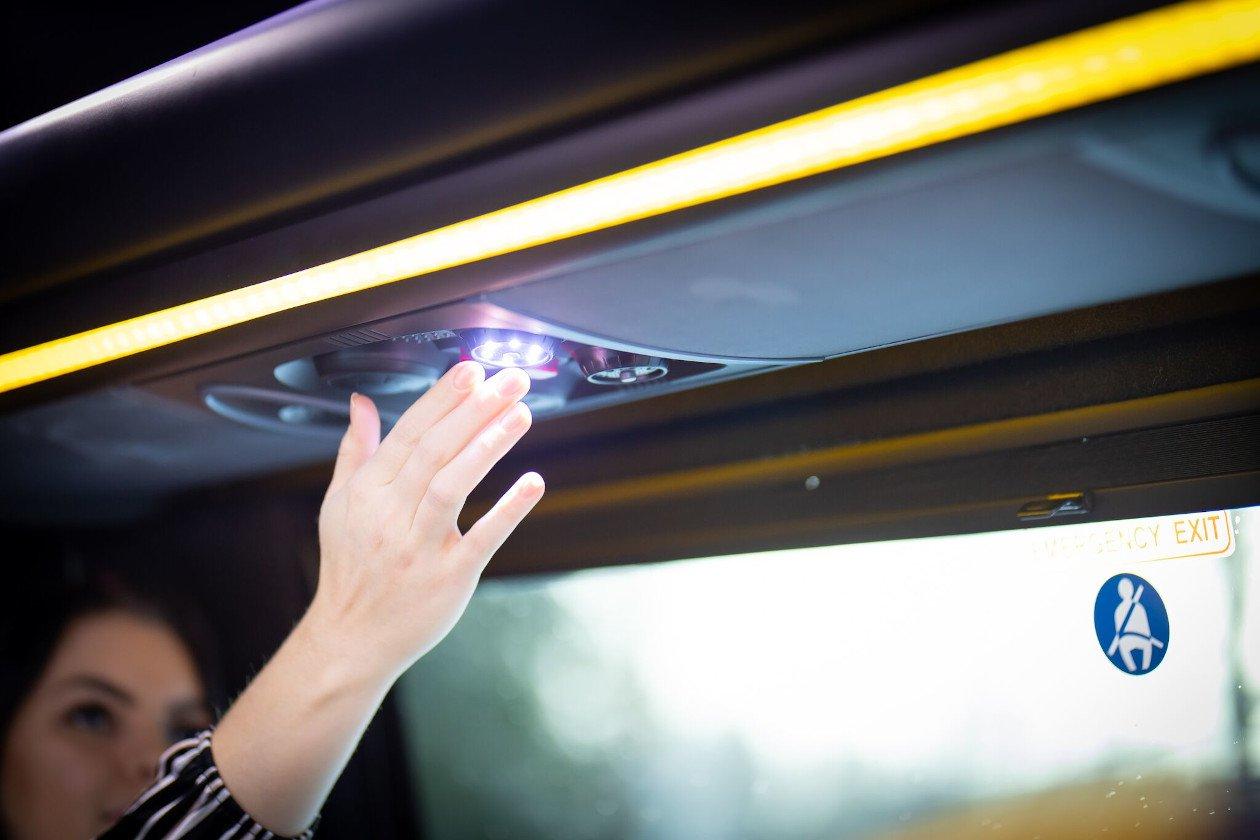 VIP-bussien valaistus on helposti säädettävissä suoraan matkustamosta.