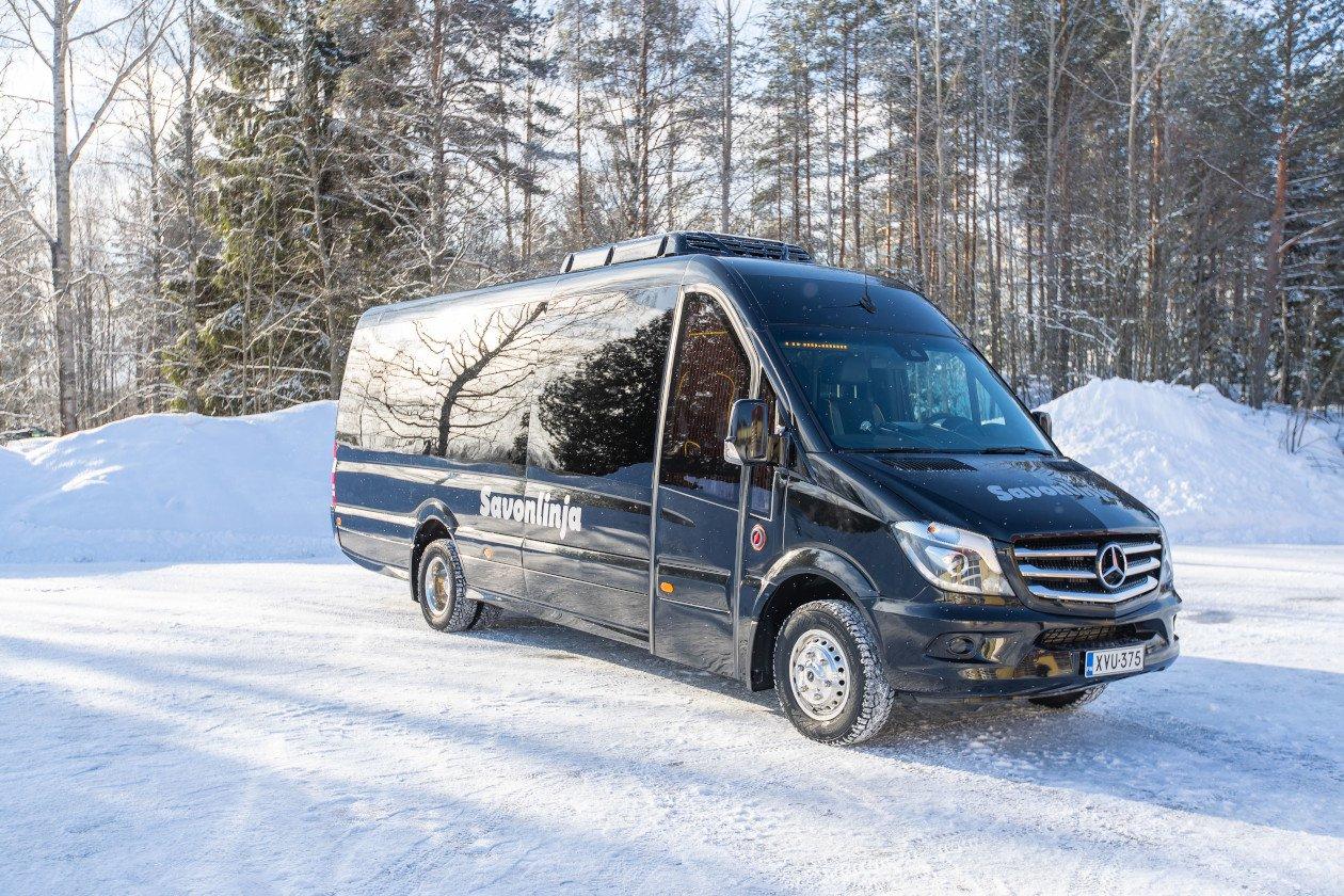 Savonlinjan tyylikäs VIP-bussi talvimaisemassa.