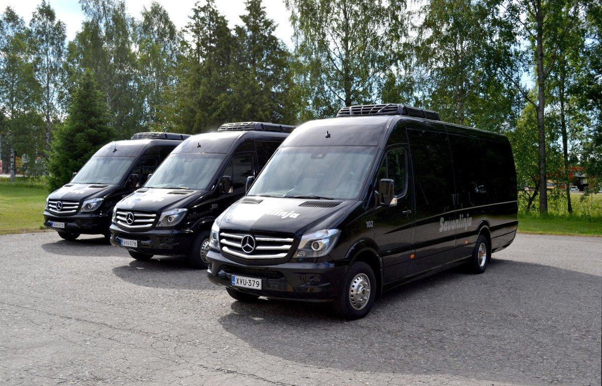 Savonlinjan kolme VIP-bussia kesämaisemassa.