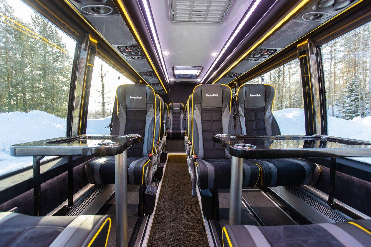 Savonlinjan VIP-bussi on varusteltu nykyaikaisin mukavuuksin. Bussiin kuuluu useat pöytäryhmät ja sivuttain siirrettävät istuimet.