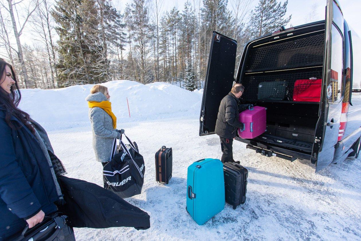 VIP-bussien tavaratilassa on reilusti tilaa. Kyytiin mahtuu niin matkalaukut kuin suksetkin.