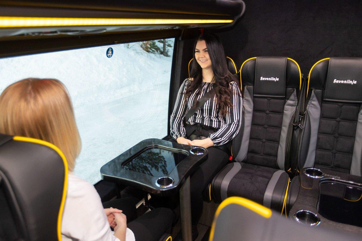 Busseissa on runsaasti istumatilaa.
